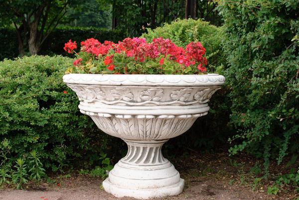 Каменный вазон для цветов в классическом стиле
