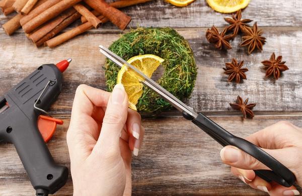 Палочки корицы и сушеные апельсины режем ножницами на кусочки нужного размера