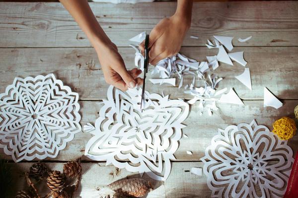 Вырезать снежинку из бумаги по силам даже ребенку