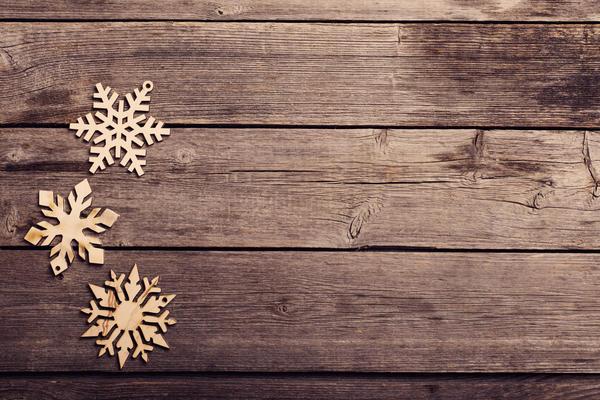 Снежинки из дерева не боятся непогоды