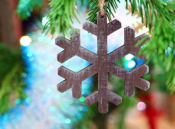 Деревянными снежинками можно украсить елку на даче