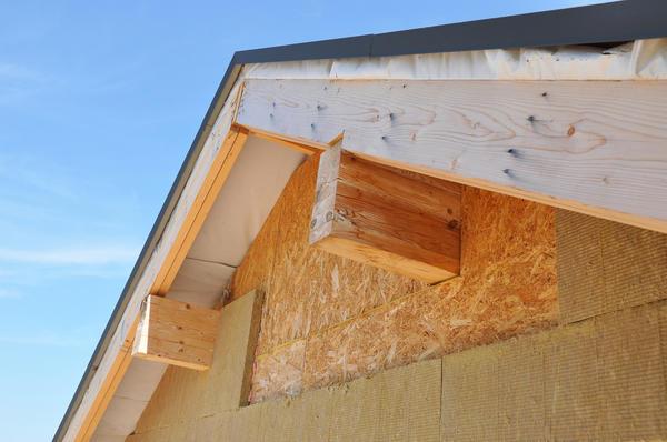 В месте соединения крыши с фронтоном здания очень велика вероятность промерзания.