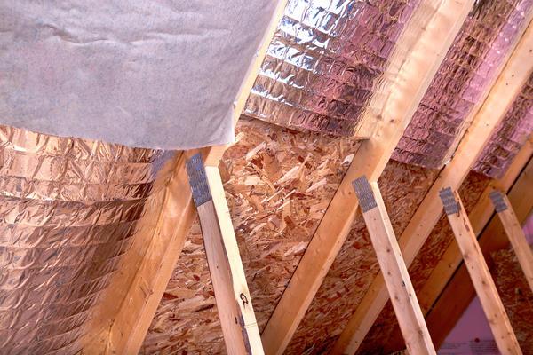 Очень сложно качественно изолировать те места крыши, где приходится обрезать плиты