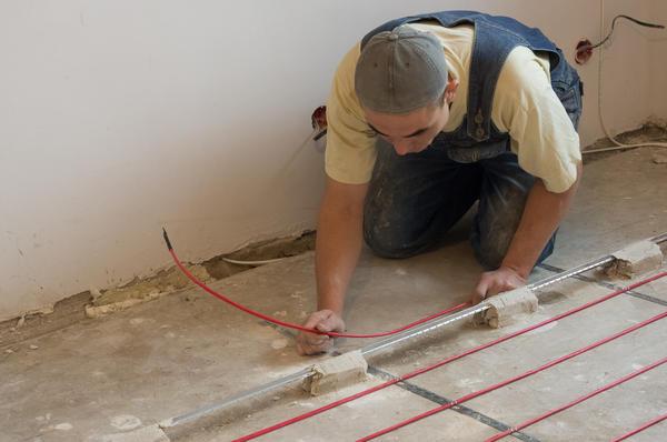 Поверх разложенного и закреплённого кабеля устанавливаются маяки