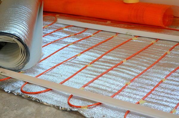 Греющий кабель уложен на теплоизоляцию без использования сетки. Так делать неправильно.