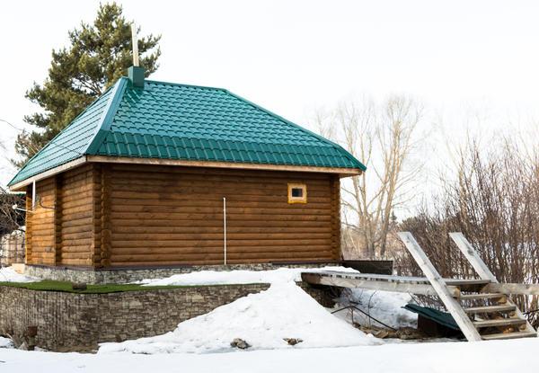 Расстояние от бани до деревянного капитального строения на соседнем участке - не менее 15 метров