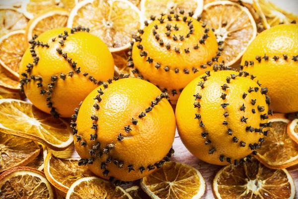 Бутончиками гвоздики на апельсиновой кожуре можно нарисовать любой узор