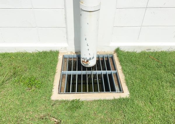 Решётка точечного дренажного элемента под водостоком