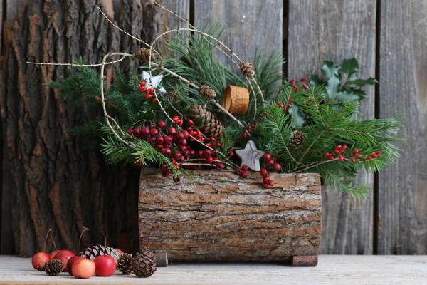 Если елка искусственная, добавьте в декор дома композиции с живыми ветками