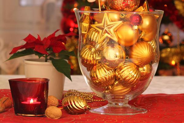 Стеклянные вазы и большие фужеры, наполненные ёлочными шарами