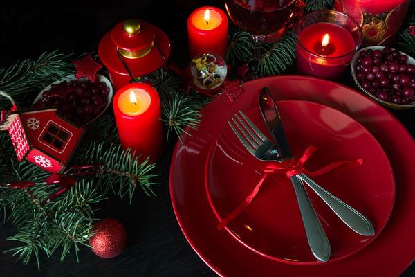 В год Петуха на праздничном столе обязательна яркая посуда, фрукты и ягоды