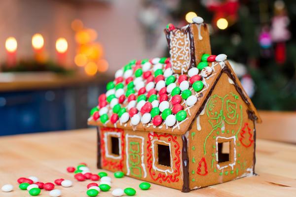Пряничный домик с разноцветной крышей