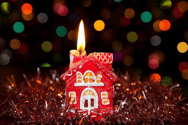 Свеча тоже может быть в форме домика