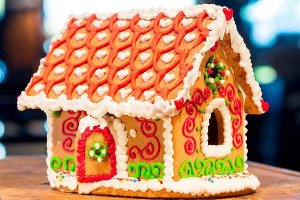 Можно украсить пряничный домик разноцветной глазурью