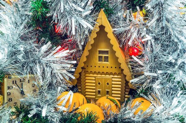 Деревянный домик на елку