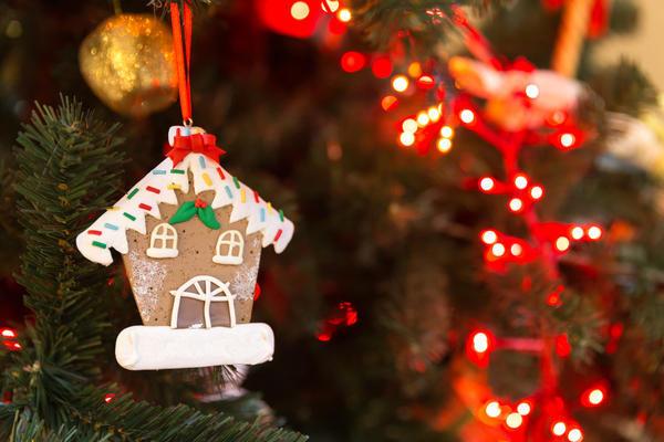 Маленький пряничный домик можно и на елку повесить