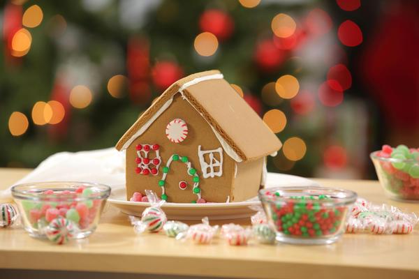 Пряничный домик - отличное украшение новогоднего стола