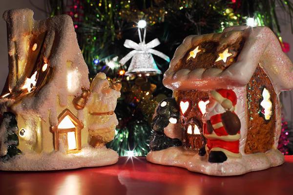 Сказочный домик под нарядной елкой - красиво, правда?