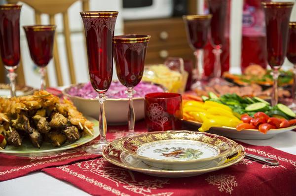 Для встречи Нового года нужно взять самую красивую и оригинальную посуду!