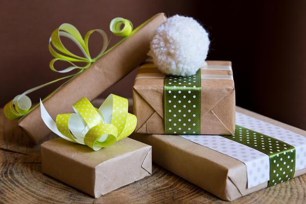 Украсьте помпоном упаковки для новогодних подарков