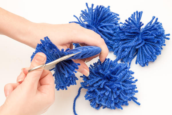 Разрезаем нитки ножницами по кромке окружностей
