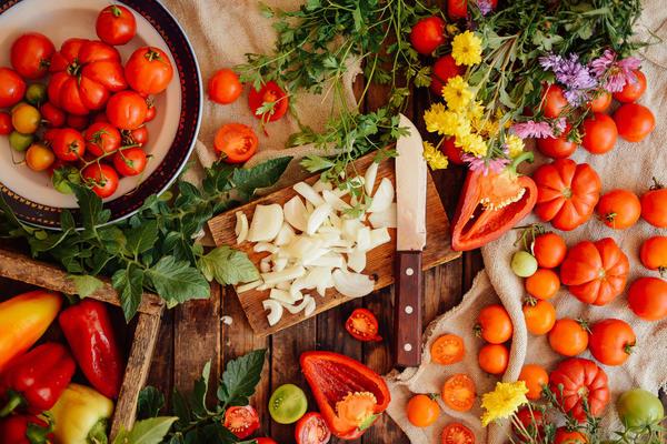 Летние продукты - овощи, фрукты, ягоды прямо с грядки
