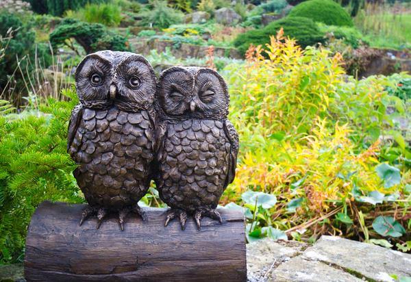 Эффектные скульптуры-совы придутся по вкусу садоводу