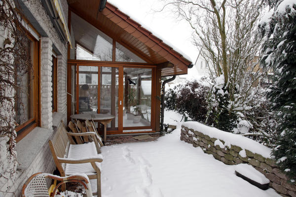 Покрытый стеклами либо поликарбонатом зимний сад способен прекрасно пропускать свет и аккумулировать тепло