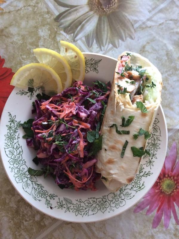 Шаурма со сливами и салат из краснокочанной капусты и мяты