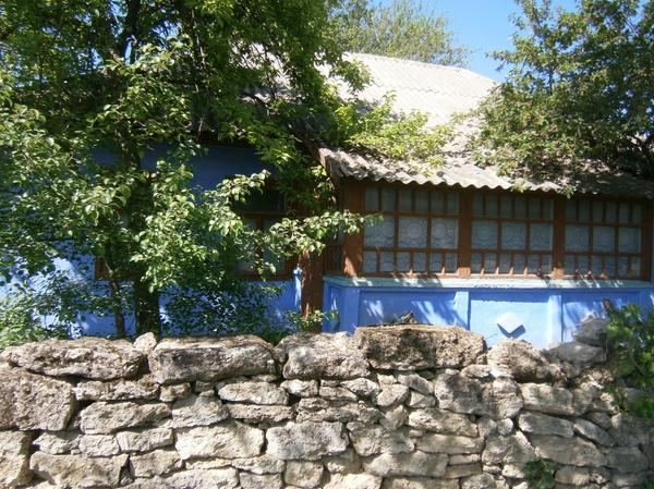 типичный молдавский домик и типичный забор) у меня на даче тоже такой есть :)