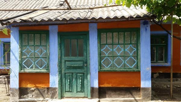 дверь с характерным узором