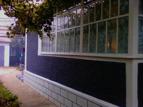 характерные огромные окна, в очень многих домах такие веранды
