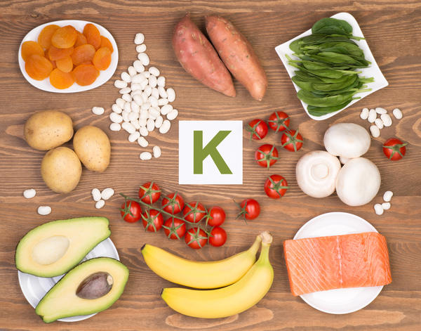 Шпинат, зеленый лук, бананы и курага богаты витамином К