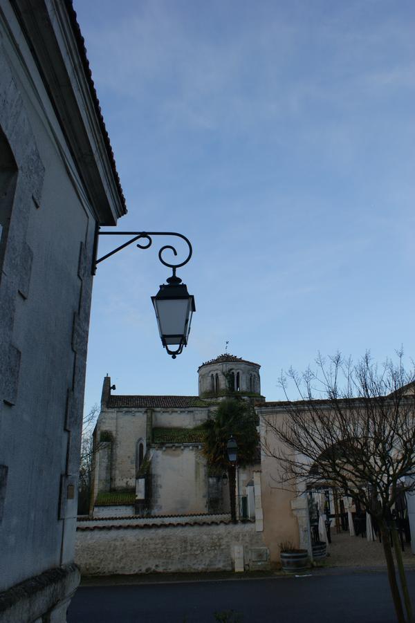 Городок маленький. Прямо — церковь, слева мэрия, справа вход в ресторанчик. Через дорогу школа.