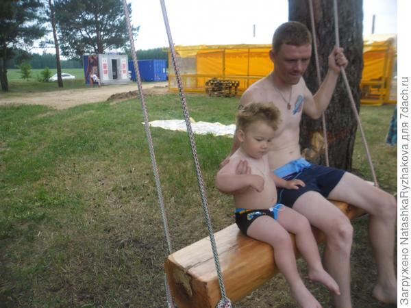 Ярослав с папой на качелях