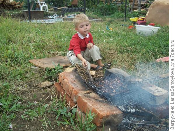 Лёва готовит обед,пока мама и папа заняты на огороде....