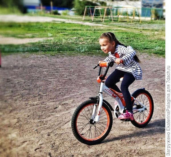 Яна очень любит велосипед!