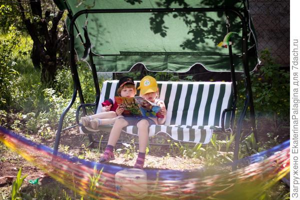 А еще они любят читать на свежем воздухе!