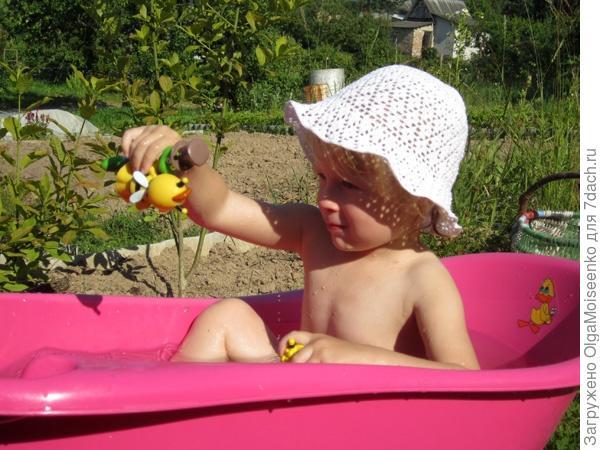 детская ванночка на зеленой зоне