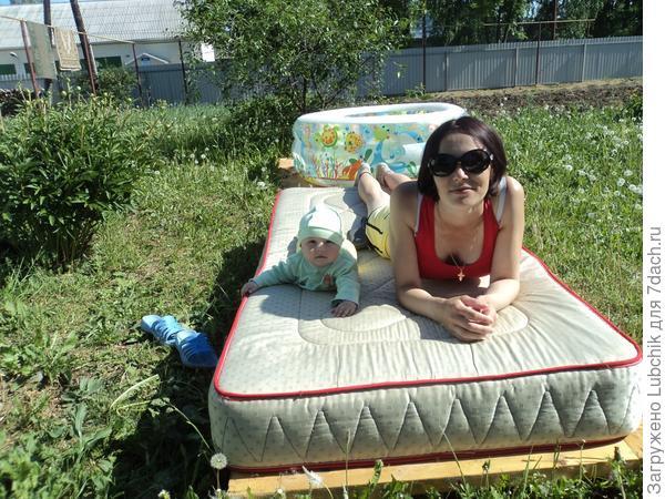 Даша с мамой, лежим отдыхаем))))