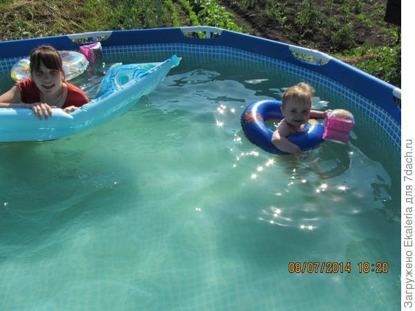дочери в бассейне