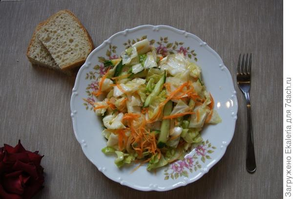 Салат из капусты с огурцом и морковью
