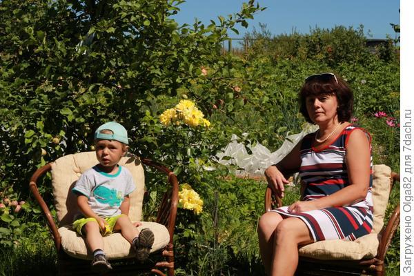 Отдыхаем с бабулей в саду