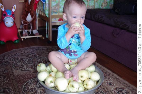 Яблочко румяное Есть один не стану я: Половинку яблочка Дам любимой мамочке.