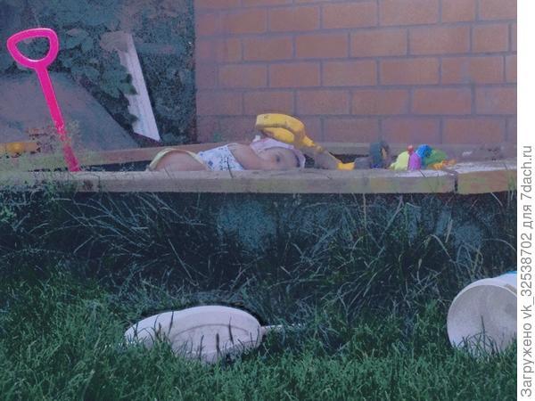 Дочка Анюта спит в песочнице