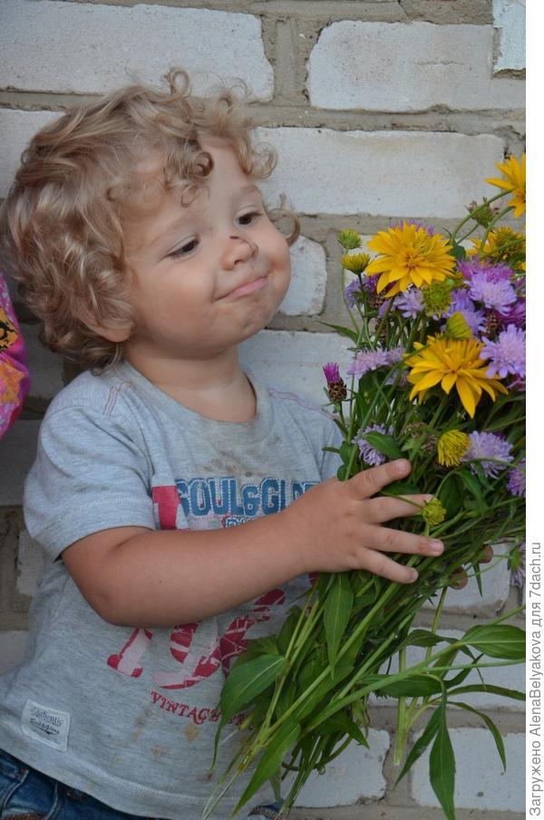 Мой сын и букет цветов