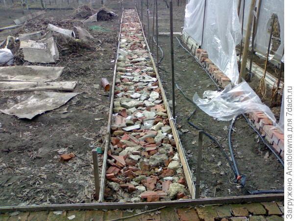 процесс укладки камней перед заливкой бетоном