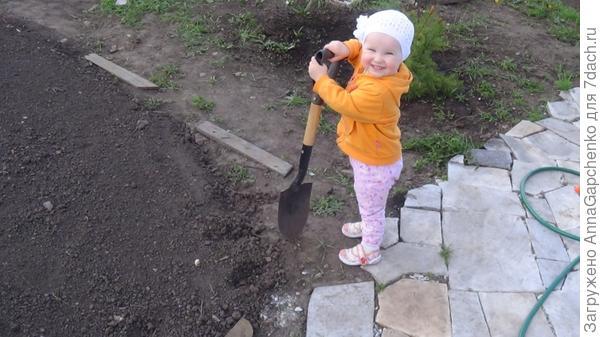 Ребенок копает