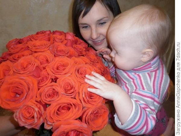 Ребенок и большой букет роз