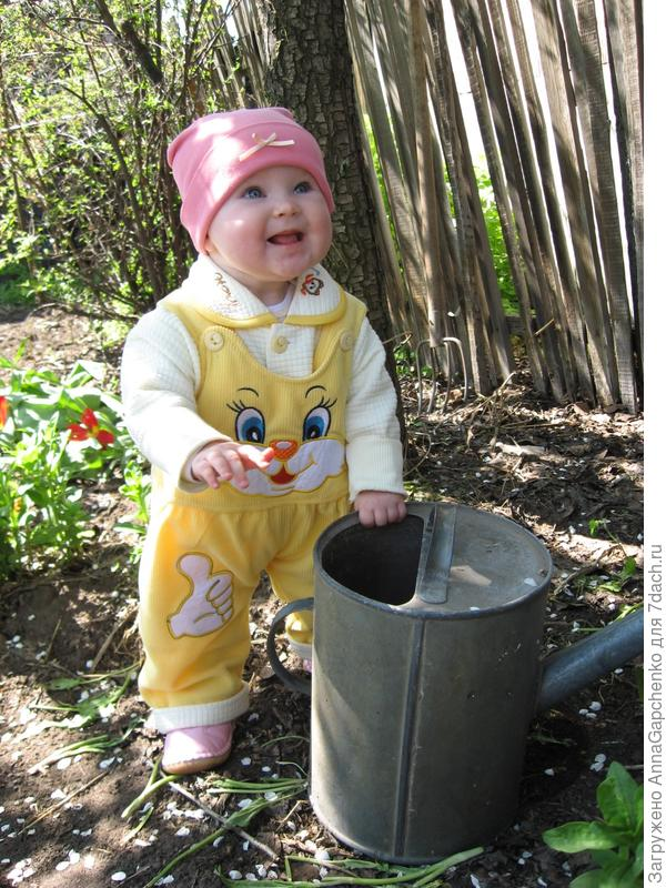 Ребенок просит налит водички в лейку